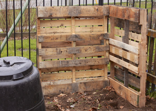 http://www.newhousenewhomenewlife.com/2013/04/jumping-on-pallet-craze-with-composting.html